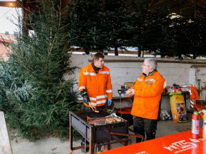 Auf dem Weihnachtsmarkt in Gilten bei Hannover, können Sie direkt Ihren Weihnachtsbaum mitnehmen. Kinder kommen durch die vielen Tiere besonders auf Ihre Kosten